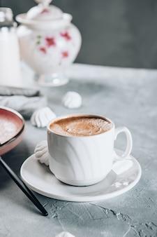 Eine tasse heißen starken espresso zum frühstück
