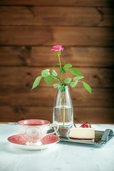 Eine tasse heißen tee und kuchen. das konzept von getränken und speisen.