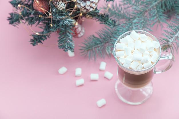 Eine tasse heißer cappuccino mit marshmallows