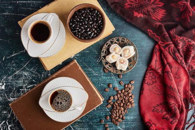 Eine tasse kaffee auf alten büchern, draufsicht.