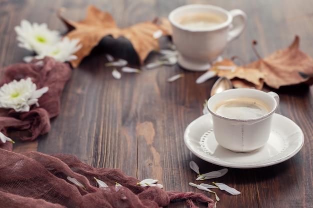 Eine tasse kaffee auf braunem holztisch