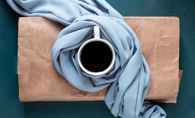Eine tasse kaffee auf dem blatt papier.