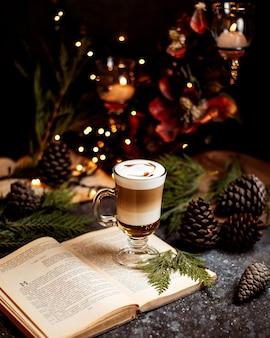 Eine tasse kaffee auf dem buch