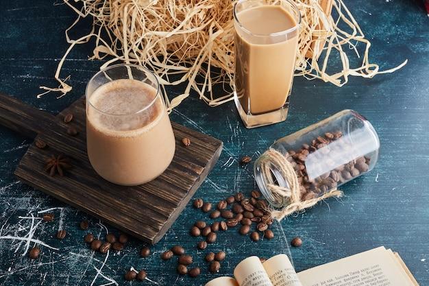 Eine tasse kaffee auf einem holzbrett.