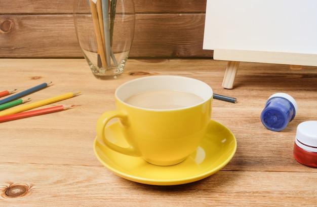 Eine tasse kaffee auf einem holztisch.