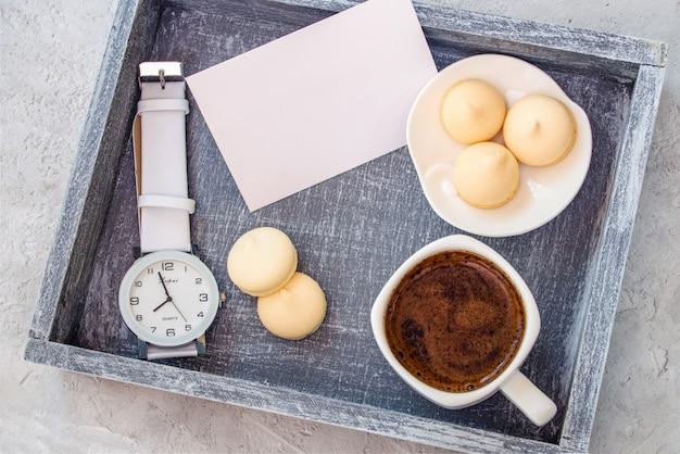 Eine tasse kaffee auf einem tablett