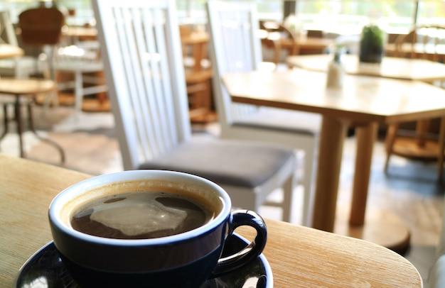Eine tasse kaffee in einem entspannenden raum trinken