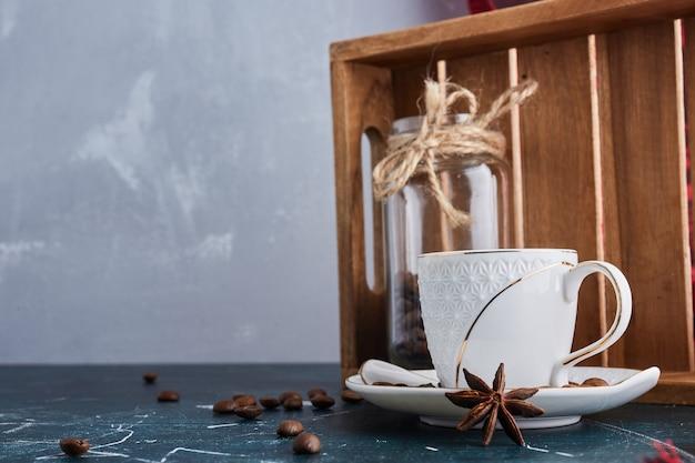 Eine tasse kaffee in einer weißen untertasse.