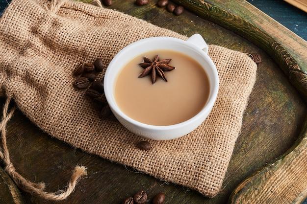 Eine tasse kaffee mit anis.
