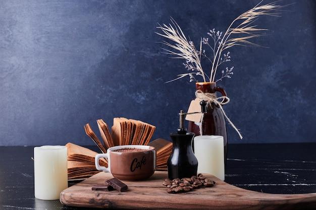 Eine tasse kaffee mit dunkler schokolade.