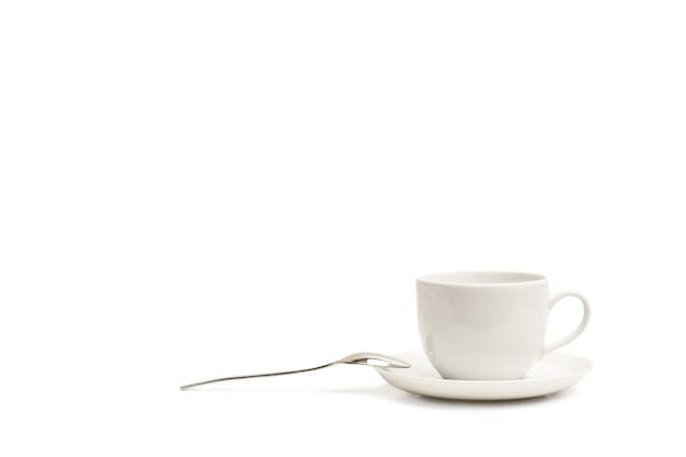 Eine tasse kaffee mit einem löffel lokalisiert auf einem weißen hintergrund