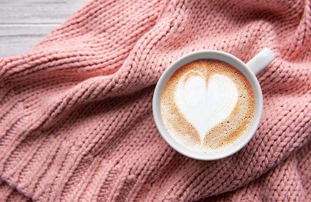 Eine tasse kaffee mit herzmuster