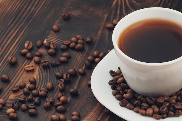 Eine tasse kaffee mit kaffeebohne