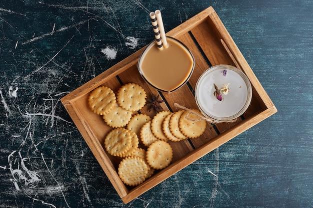 Eine tasse kaffee mit keksen.
