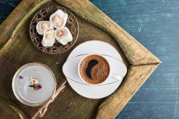 Eine tasse kaffee mit lokum.