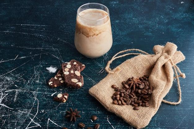 Eine tasse kaffee mit schokolade.
