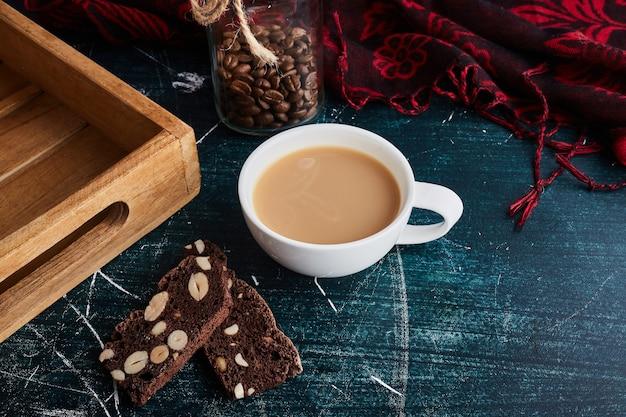 Eine tasse kaffee mit schokoladenstücken.