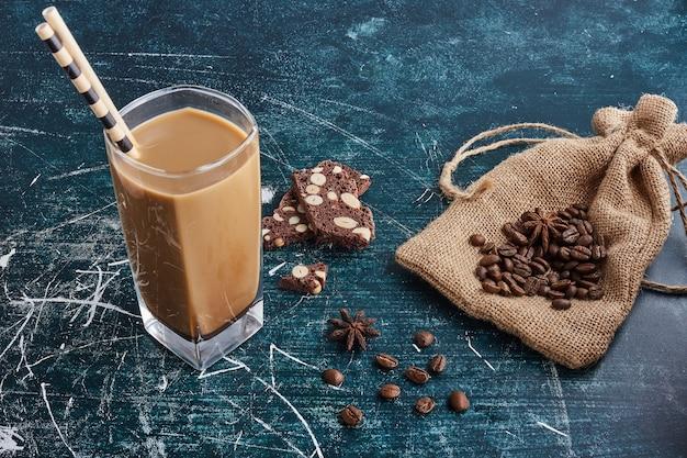 Eine tasse kaffee mit snacks.
