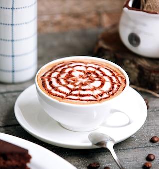 Eine tasse kaffee mit zimt
