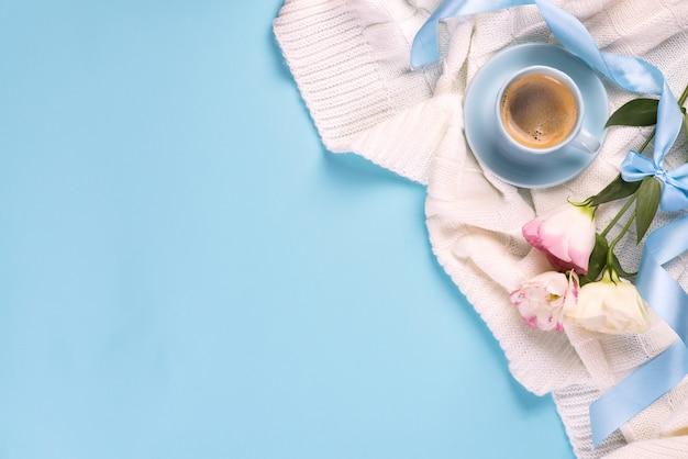 Eine tasse kaffee trinken, blumen eustoma auf decke