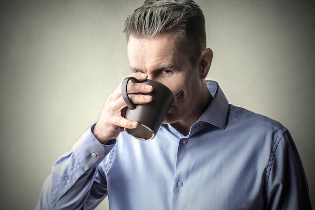 Eine tasse kaffee trinken