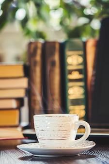 Eine tasse kaffee und einen guten morgen im büro bei der arbeit. selektiver fokus