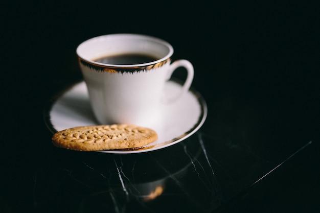 Eine tasse kaffee und einen keks