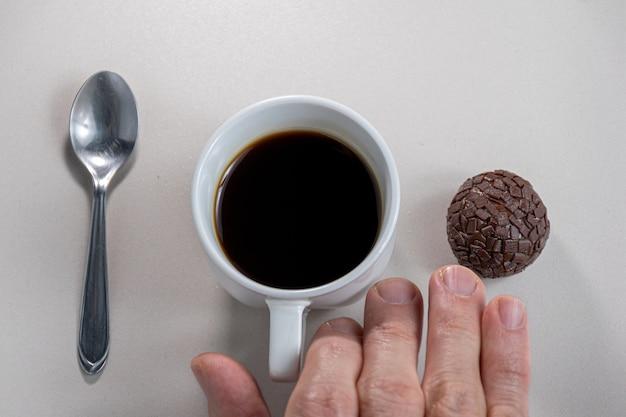 Eine tasse kaffee und schokoladenkeks