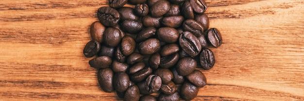 Eine tasse kaffee und verstreute kaffeebohnen. layout. flach liegen. kaffeebohne.