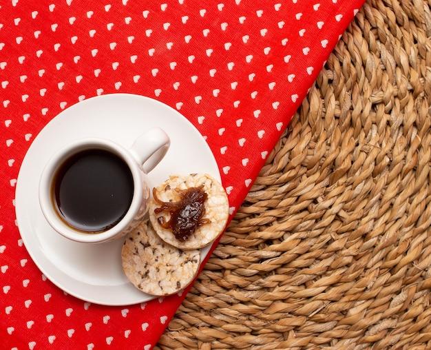 Eine tasse kaffee unter dem strohtisch