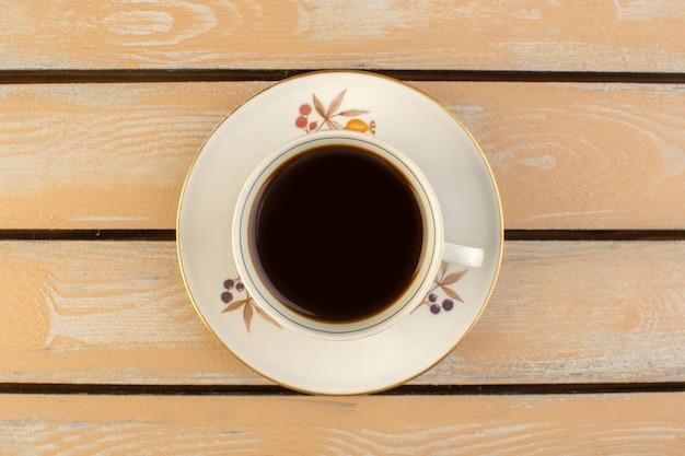 Eine tasse kaffee von oben heiß und stark auf dem cremefarbenen rustikalen tisch trinken kaffee foto stark
