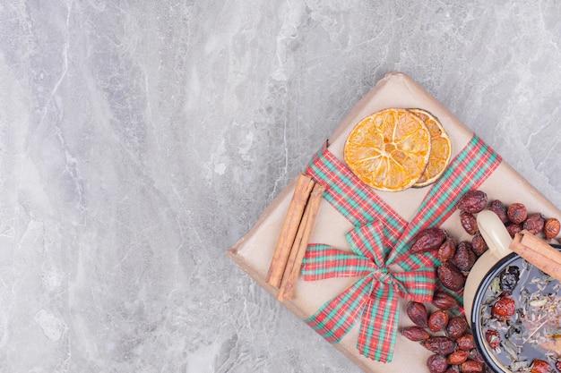 Eine tasse kräutertee mit gewürzen und früchten