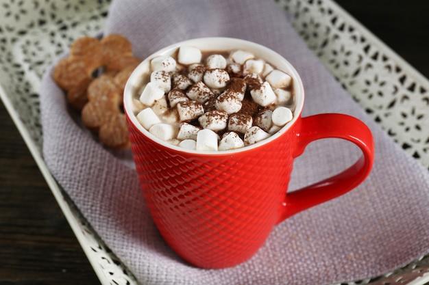 Eine tasse leckeren kakao und marshmallow auf dem tisch