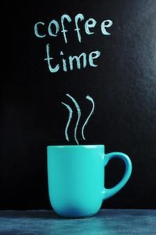 Eine tasse mit einer inschrift von kaffeezeit, eine pastellblaue farbe.