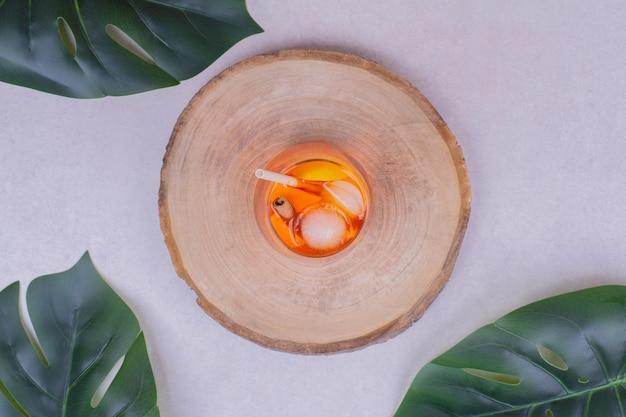 Eine tasse saft mit zitrusfrüchten im inneren