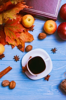 Eine tasse schwarzen kaffee auf einem blauen tisch. stillleben