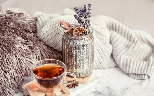 Eine tasse tee an der wand im inneren des hauses