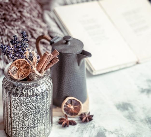 Eine tasse tee auf dem tisch im inneren des hauses