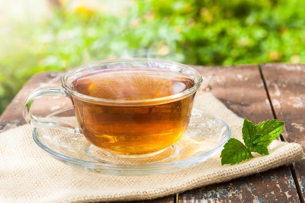 Eine tasse tee auf einem holztisch