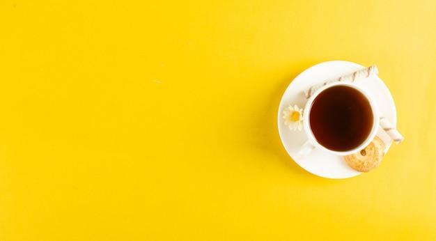 Eine tasse tee auf gelb
