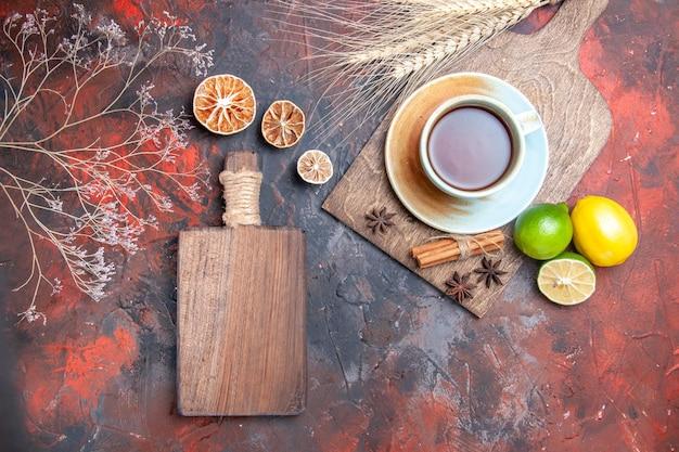 Eine tasse tee eine tasse tee sternanis zitronen limetten das holzbrett