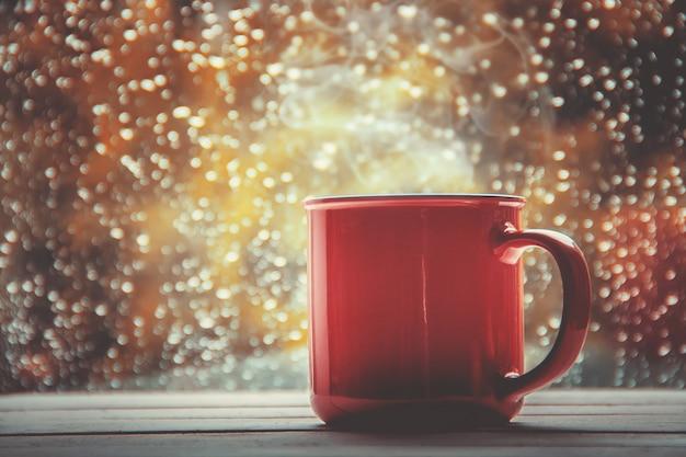 Eine tasse tee. hallo herbst. tiefenschärfe komfort