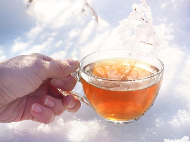 Eine tasse tee im frostigen winterwald.