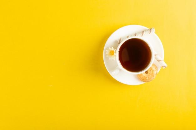 Eine tasse tee isoliert auf gelb