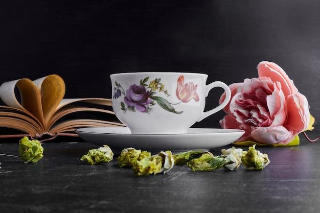 Eine tasse tee mit blüten.