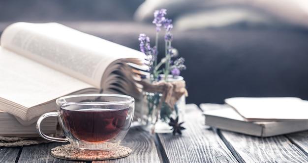 Eine tasse tee mit einem buch im inneren
