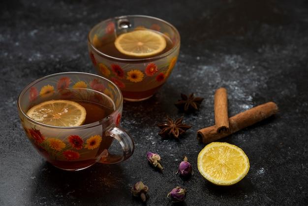 Eine tasse tee mit geschmacksgewürzen und kräutern.