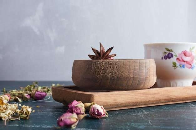 Eine tasse tee mit kräutern und gewürzen.