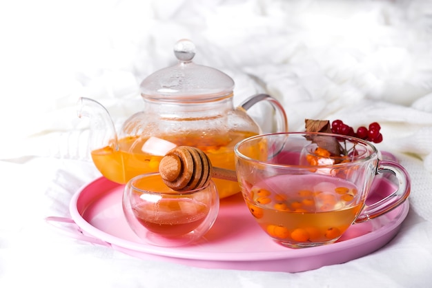 Eine tasse tee mit sanddorn und kräutern