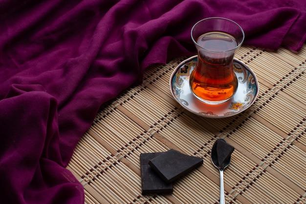 Eine tasse tee mit schwarzer dunkler schokolade